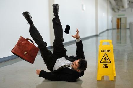 Ausgerutscht, gestolpert in der Praixs, bei Verschulden übernimmt eine Berufshaftpflicht-Versicherung den resultierenden Personenschaden oder Sachschaden